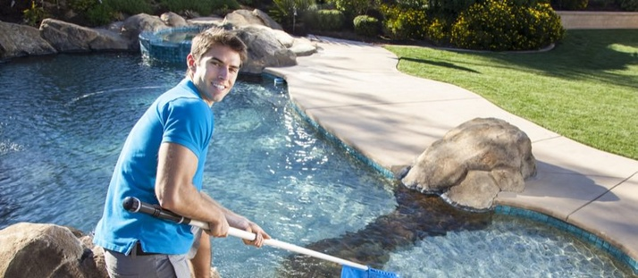 3 Signs That You Need to Hire a Professional to Maintain Your Pool